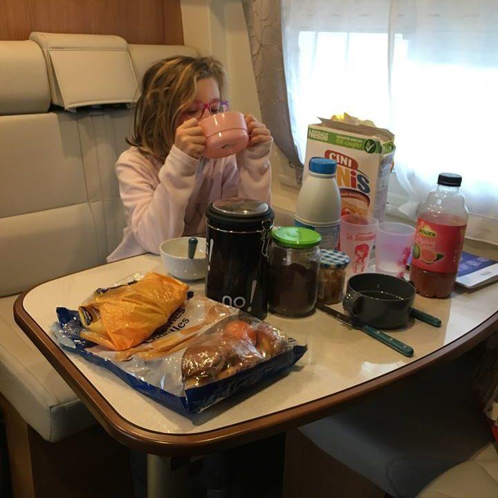 Table bien proportionnée permettant de manger à 4 sans pénaliser l'espace disponible à bord